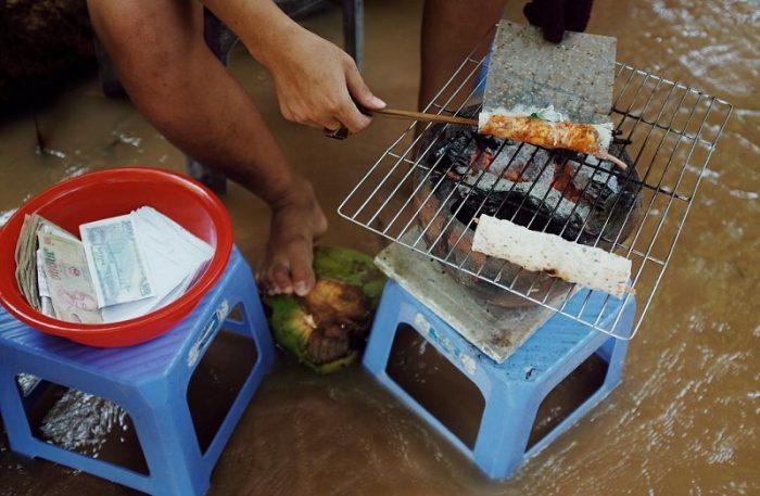 nướng cá trên bếp than
